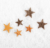 Estrellas dispersadas en nieve del invierno Fotografía de archivo