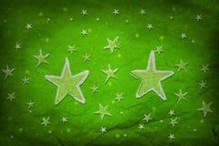 Estrellas en el papel arrugado verde Imagen de archivo libre de regalías