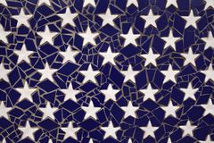 Estrellas en fondo azul de la teja Imágenes de archivo libres de regalías