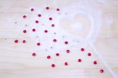 Estrellas en forma de corazón del modelo y del rojo de la nieve Fotos de archivo