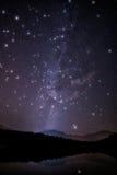 Estrellas enormes del centelleo con la vía láctea imagen de archivo