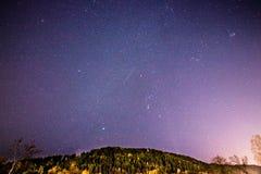 Estrellas fugaces en un cielo púrpura Foto de archivo