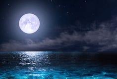 Estrellas, Luna Nueva sobre el mar en la noche ilustración del vector