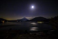 Estrellas, luna y el monte Fuji fotografía de archivo libre de regalías