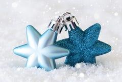 Estrellas oscuras y azules claras, bolas del árbol de navidad, nieve, copos de nieve Fotografía de archivo