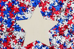 Estrellas rojas, blancas y azules de los E.E.U.U. con el fondo de madera de la estrella Fotografía de archivo