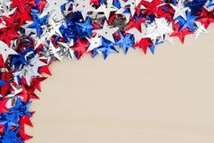 Estrellas rojas, blancas y azules de los E.E.U.U. en el fondo de madera Imagenes de archivo