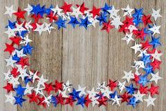 Estrellas rojas, blancas y azules de los E.E.U.U. en fondo de madera del tiempo Fotos de archivo