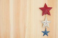 Estrellas rojas, blancas y azules en el fondo de madera Fotos de archivo