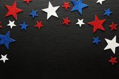 Estrellas rojas, blancas, y azules en pizarra oscura Foto de archivo libre de regalías