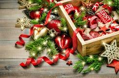 Estrellas rojas de la decoración de la Navidad, chucherías, cintas, velas, luz Foto de archivo