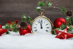 Estrellas rojas de la decoración de la Navidad, chucherías y reloj de oro Imagen de archivo