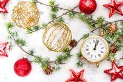 Estrellas rojas de la decoración de la Navidad, chucherías y reloj de oro Fotografía de archivo libre de regalías