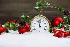 Estrellas rojas de la decoración de la Navidad, chucherías y reloj de oro Imagen de archivo libre de regalías