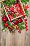 Estrellas rojas de las decoraciones de la Navidad, chucherías, cintas Ornam del vintage Foto de archivo libre de regalías