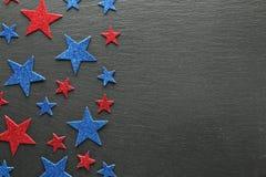 Estrellas rojas y azules en pizarra Imagen de archivo
