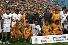 Estrellas rumanas de Footbal contra las estrellas del mundo Foto de archivo libre de regalías