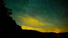 Estrellas sobre el agua tranquila almacen de video
