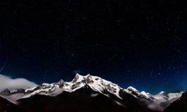 Estrellas sobre el pico de montaña fotos de archivo libres de regalías