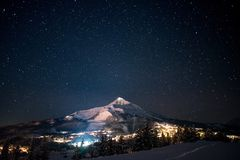Estrellas sobre pico solitario Imagen de archivo