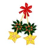 Estrellas y acebo de oro de la Navidad con el arco rojo Imagen de archivo
