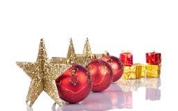 Estrellas y bolas de Navidad en línea Imagen de archivo