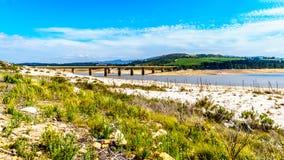 Estremamente - basso livello dell'acqua nella diga di Theewaterkloof che è una fonte importante per il rifornimento idrico a Cape immagine stock libera da diritti