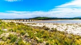 Estremamente - basso livello dell'acqua nella diga di Theewaterkloof che è una fonte importante per il rifornimento idrico a Cape fotografia stock libera da diritti