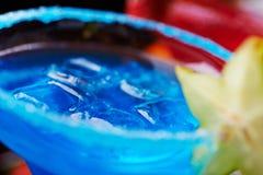 Estremamente chiuda su dei cocktail di rinfresco luminosi: margarita blu fotografia stock libera da diritti