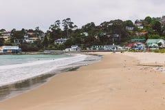 Estremità del sud della spiaggia di Kingston, Hobart, Tasmania che guarda verso Moun fotografia stock libera da diritti