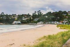 Estremità del sud della spiaggia di Kingston, Hobart, Tasmania che guarda verso Moun fotografie stock libere da diritti