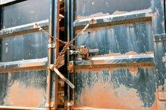 Estremità della galleria di un contenitore di camion incatenato insieme fotografie stock