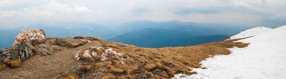 Estremità della strada sulla sommità della montagna Altre montagne e ove pesante Immagine Stock
