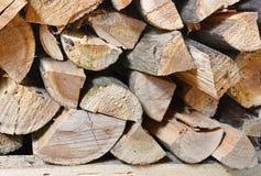 Estremità di catasta di legna dei ceppi tagliati strettamente imballati fotografia stock