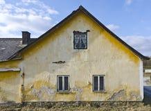 estremità di timpano di vecchia casa rovinoso dell'azienda agricola Fotografie Stock Libere da Diritti