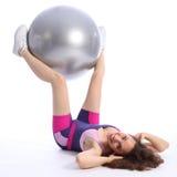 Estremità di Womans ed esercitazione di piedino usando la sfera di forma fisica Immagine Stock Libera da Diritti