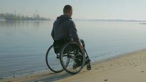 Estropié dans le fauteuil roulant près de la rivière, foi handicapée à l'avenir, homme avec banque de vidéos