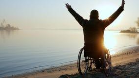 Estropié sur le fauteuil roulant, mains, crépuscule, handicapé isolé dessus clips vidéos