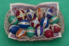 Estrowi jajka z dekoracją w koszu Zdjęcie Stock