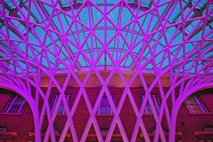 Estructura única en el concurso de rey Cross Railway Station de Londres contra el edificio del marrón del ladrillo Fotos de archivo libres de regalías
