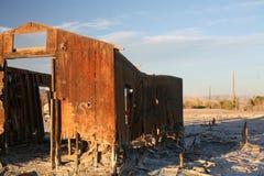 Estructura abandonada en el mar de Salton Imagen de archivo