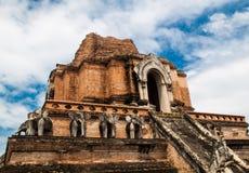 Estructura antigua de la pagoda del ladrillo en Wat Chedi Luang en Chiang Mai Fotos de archivo