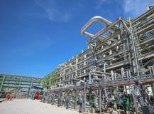 Estructura con la tubería en planta de refinería Foto de archivo