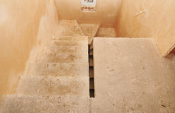 Estructura concreta del cemento de la escalera en la construcción de viviendas residencial, bajo construcción escalera inacabada  Foto de archivo libre de regalías