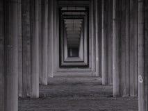 Estructura concreta del puente en la perspectiva - negro, blanco y gris imágenes de archivo libres de regalías