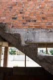 Estructura concreta y pared de ladrillo del cemento de la escalera Foto de archivo libre de regalías