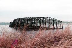 Estructura construida derrumbada del metal de un embarcadero en el río Hudson en Nueva York en infrarrojo del color Fotos de archivo