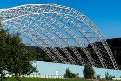 Estructura de acero arqueada del techo del vertido inútil especial en Koelliken Suiza Imágenes de archivo libres de regalías