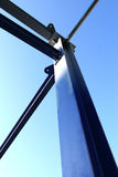 Estructura de acero azul del metal de la construcción debajo del cielo azul Imágenes de archivo libres de regalías