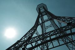 Estructura de acero de la torre en el fondo del cielo azul tan alto y alto foto de archivo